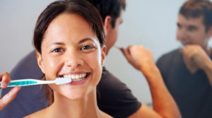Se brosser les dents avec un dentifrice naturel